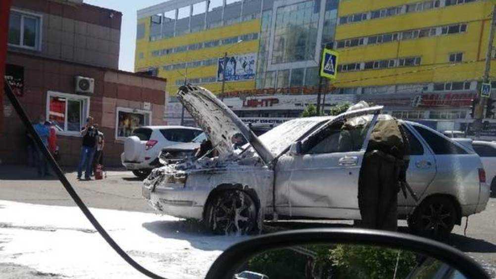 В Брянске возле ТРЦ «Мельница» потушили горевшую легковушку
