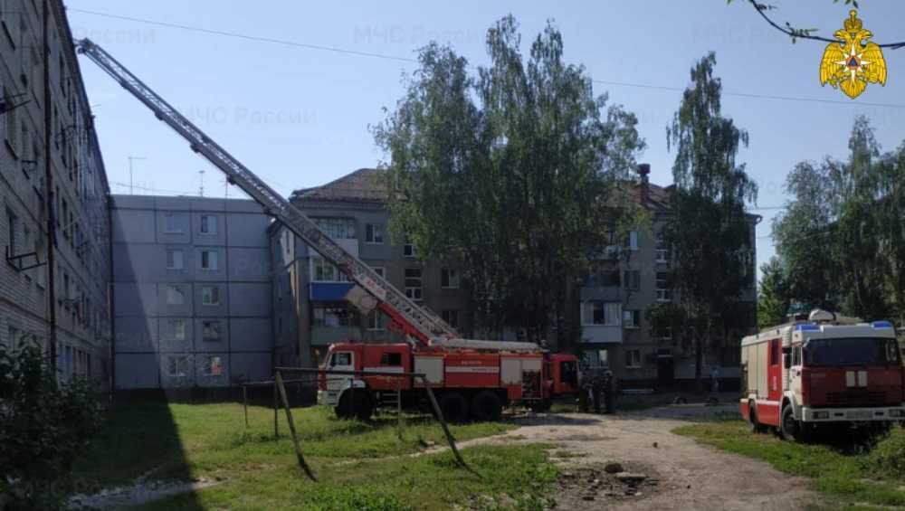 В Брянске 5 жильцов многоэтажки эвакуировали из-за пожара на чердаке