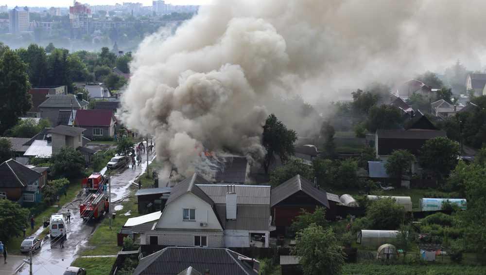 От удара молнии в центре Брянска загорелся дом