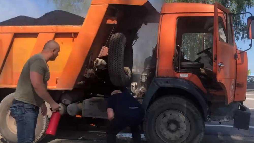 Тушение пожара в загоревшемся под Брянском «КамАЗе» сняли на видео