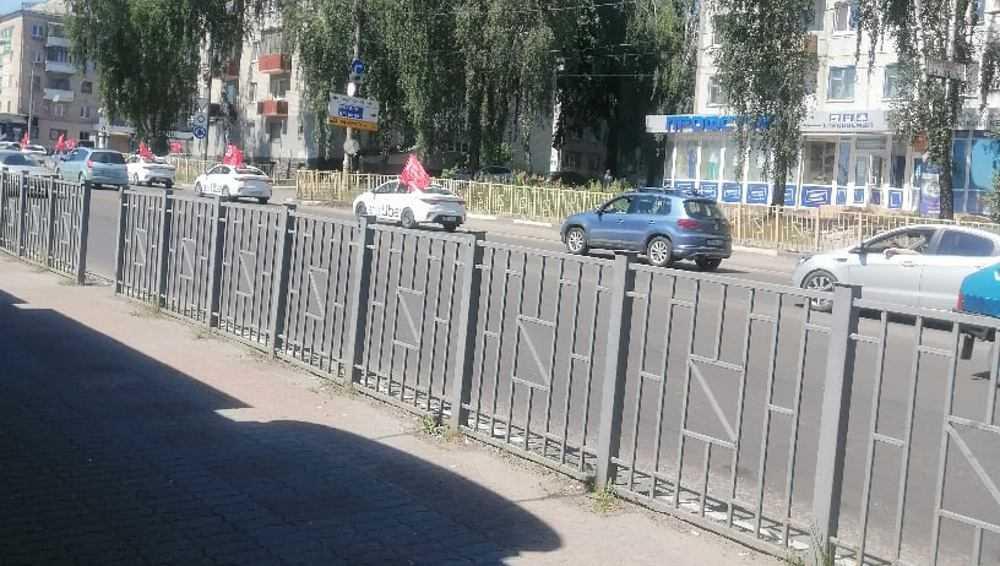 В Брянске таксисты устроили пробег в честь Великой Победы