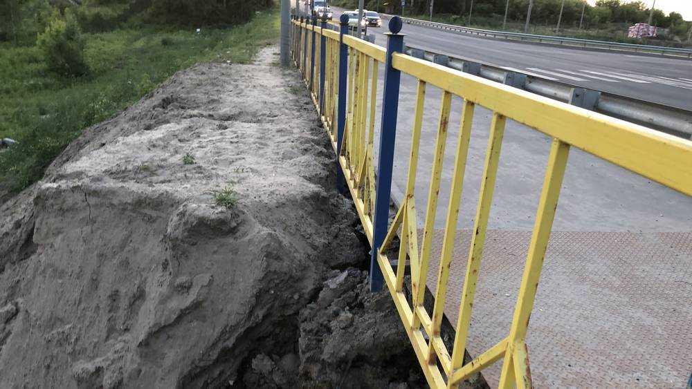 В Брянске снова провалился тротуар на Смоленской трассе