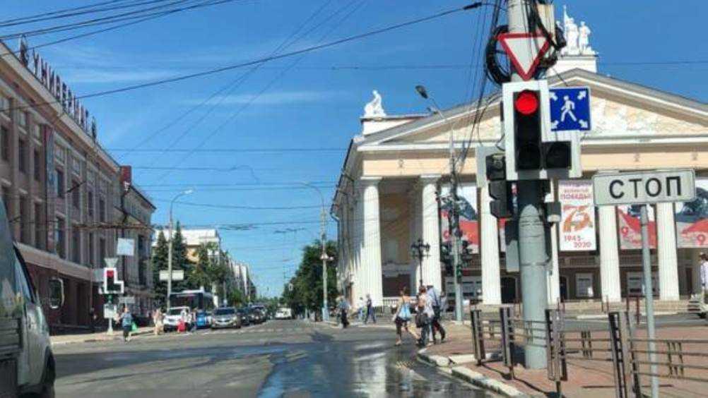 Брянских автомобилистов предупредили о коварном светофоре возле ЦУМа