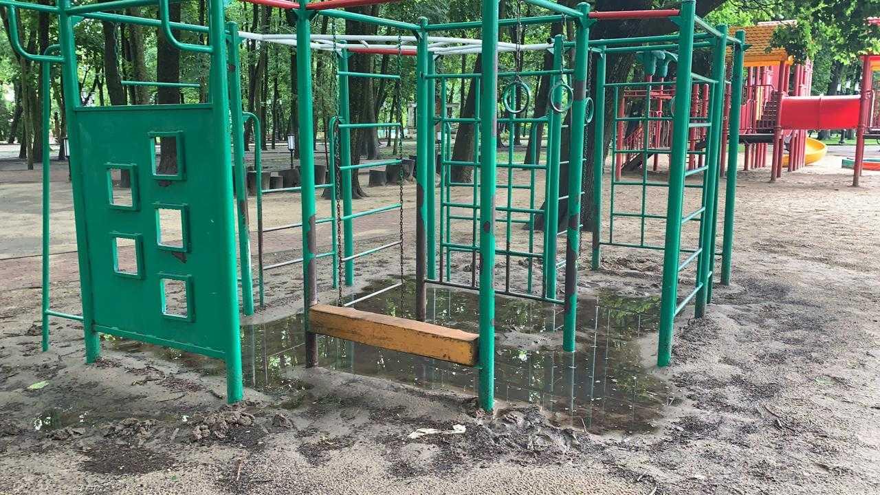 Брянских детей расстроили отрезанные водой площадки