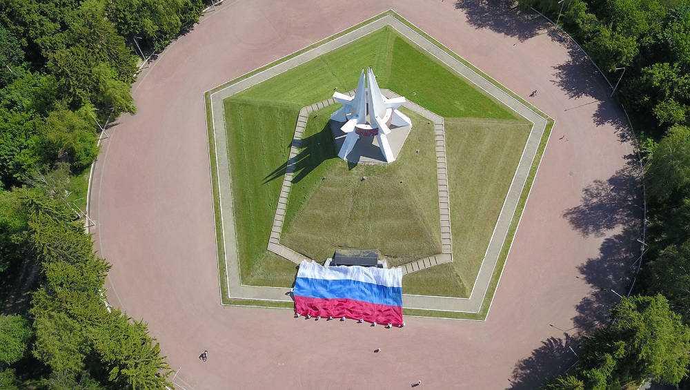 Российский флаг развернули в знаковых местах Брянской области