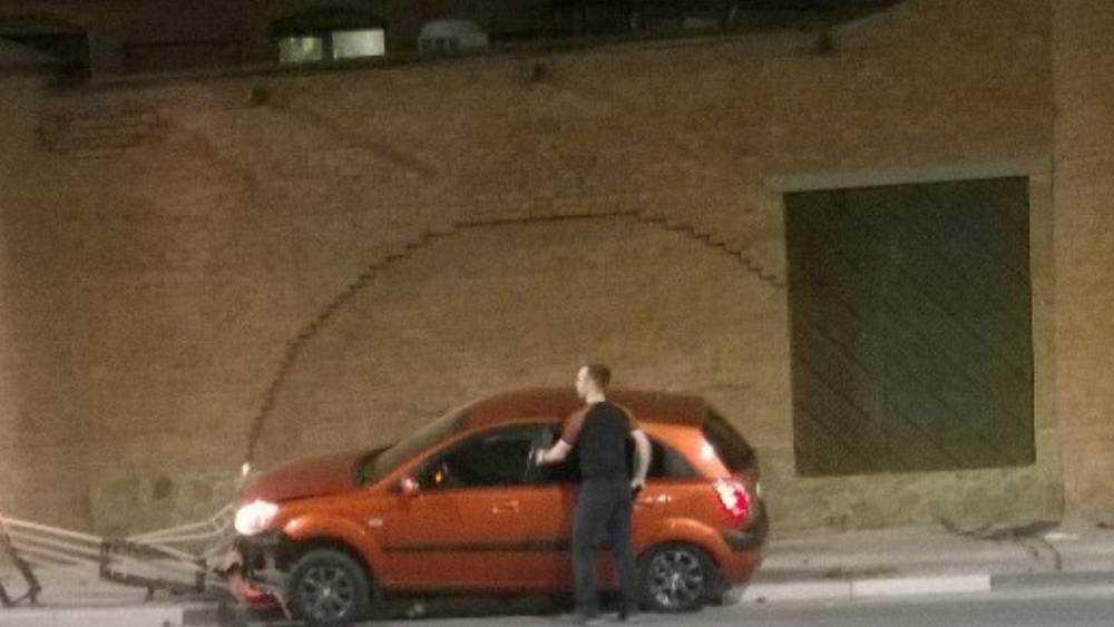В Брянске возле «Башни» автомобиль сокрушил забор