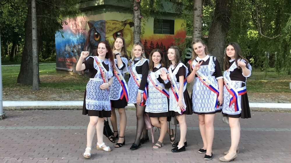 Волнующиеся брянские выпускники наконец вырвались в парки