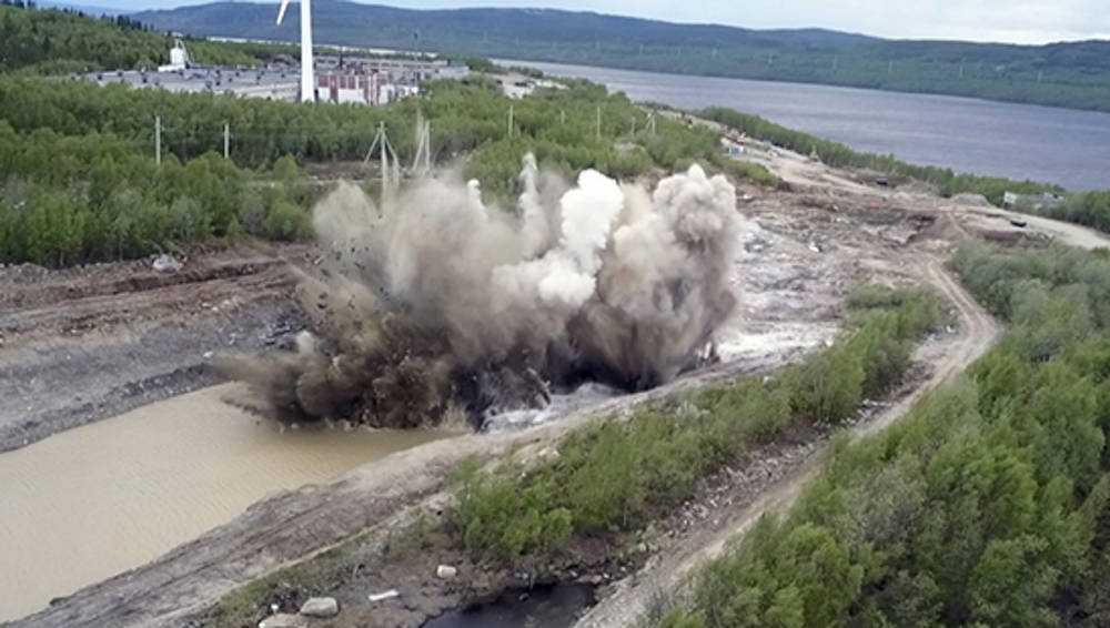 Брянские военные для восстановления пути взорвали скалу под Мурманском