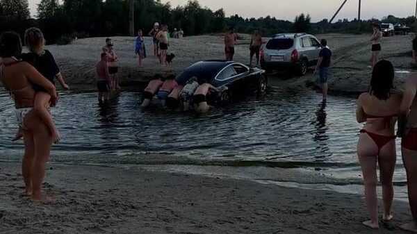 Возле озера Орлик в Брянске утонула легковушка