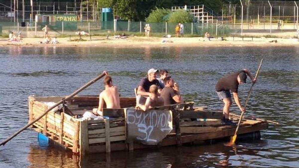 В Брянске по Десне проплыл забавный плот «Бухлоход»