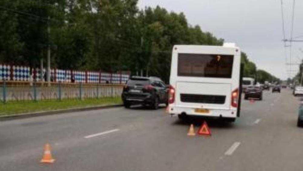 В Брянске Lada врезалась в автобус и Citroen на проспекте Станке Димитрова