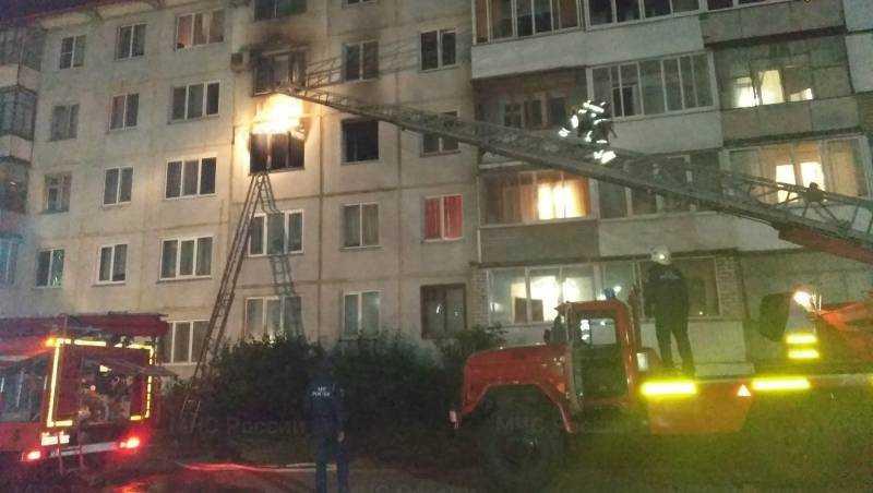 Сотрудники МЧС эвакуировали 13 человек при пожаре в Брянске