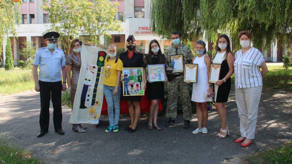 В Брянске победителей конкурса «Полицейский дядя Стёпа» наградили