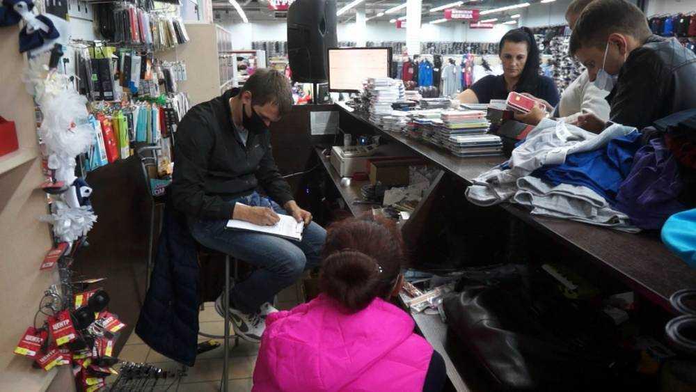 Брянская полиция изъяла в ТЦ поддельные часы и телефонные аксессуары