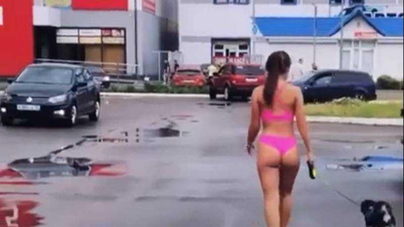 Брянская блогерша Тася оголилась и вышла с собакой на улицу
