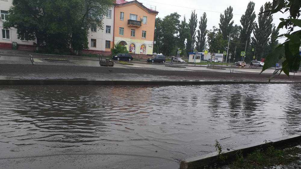 В Брянске затопило дорогу возле ремонтируемого сквера «Литий»