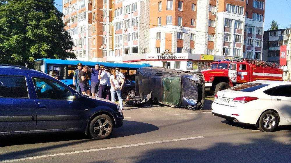 В ДТП на Московском проспекте Брянска перевернулся автомобиль