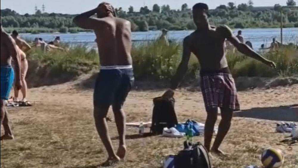 Видео танца африканцев на берегу Орлика сняли в Брянске