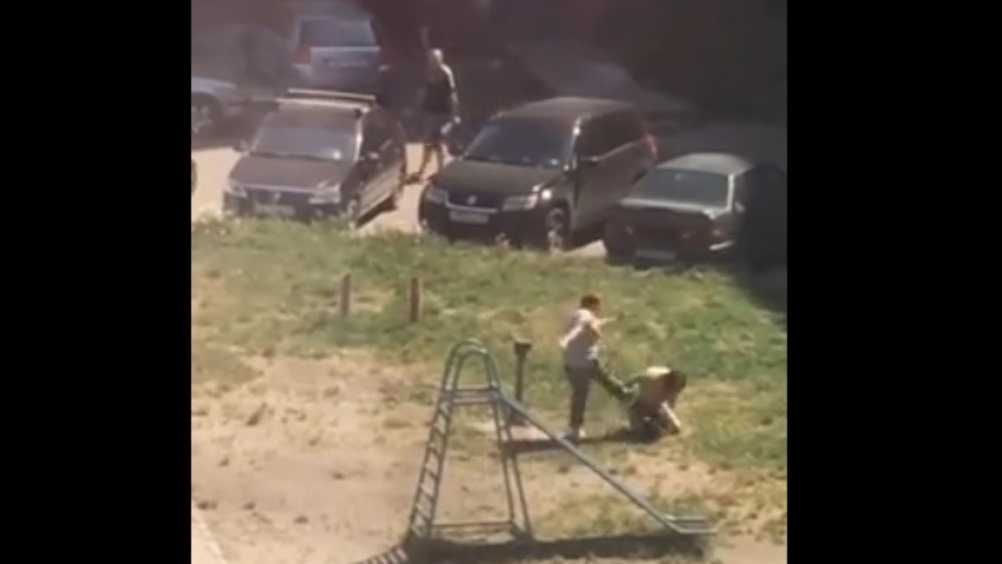 В Брянске сняли видео о жестоком избиении женщины во дворе многоэтажки