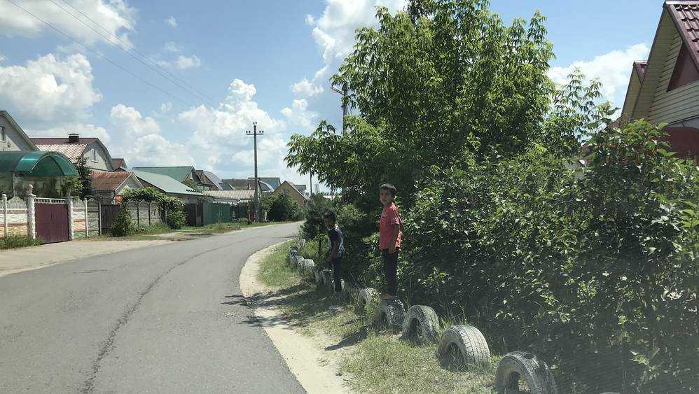 В Брянске цыганские дети превратили в игрушки и тренажеры покрышки