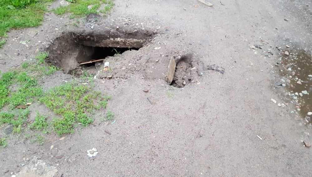 Жители Брянска рассказали о провале асфальта возле детсада