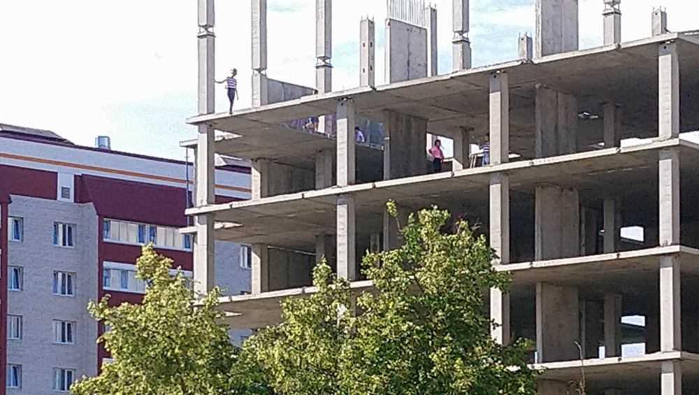 В Брянске на верхних этажах строящегося дома дети затеяли опасные игры