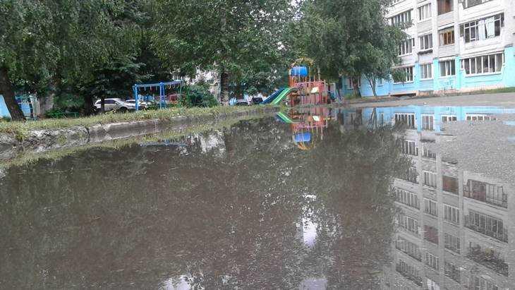 Многие улицы Брянска после дождя ушли под воду