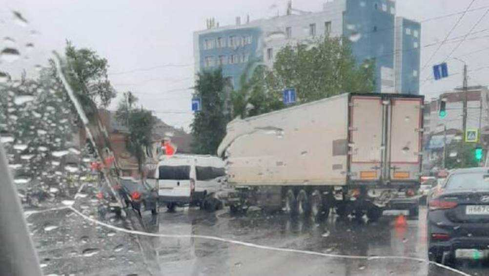 В Брянске на улице Литейной столкнулись маршрутка и грузовик