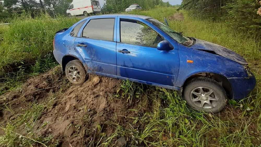В Дятьковском районе задремавший водитель легковушки съехал в кювет