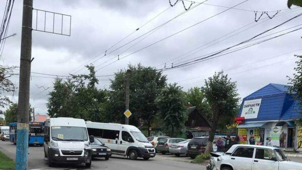 В Брянске возле Бежицкого рынка столкнулись маршрутка и легковушка