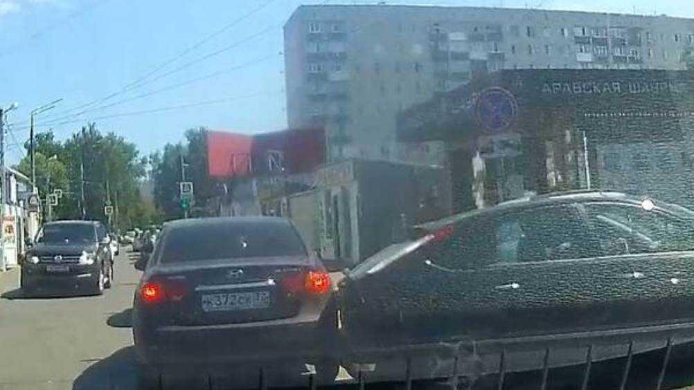 В Брянске легковушки не поделили дорогу возле мини-рынка