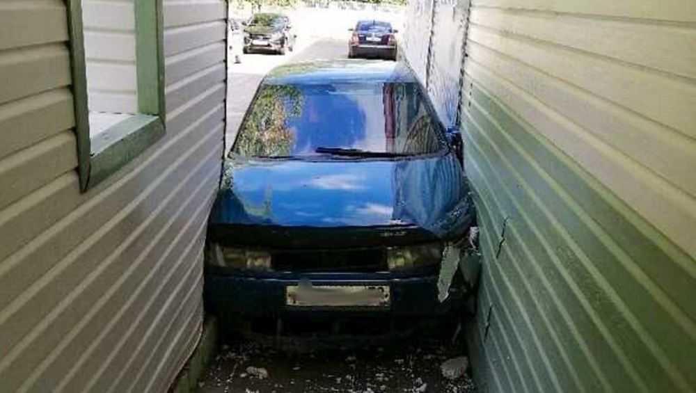В Дятькове автомобиль застрял в узком проезде