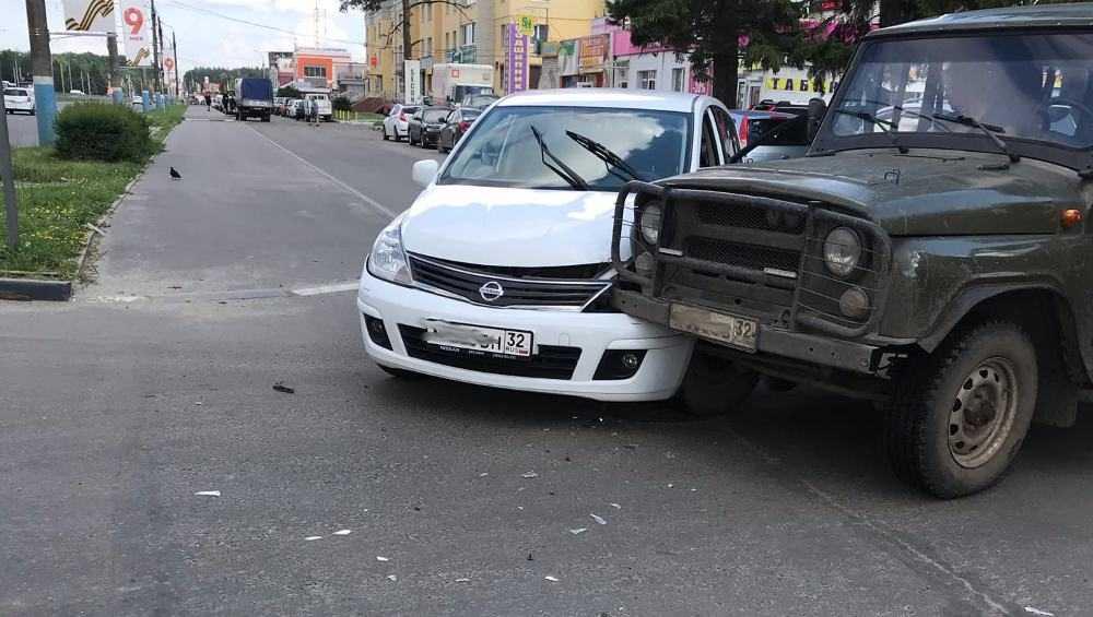 В Брянске УАЗ и «Ниссан» столкнулись при выезде на Московский проспект