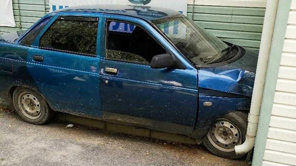 В Дятькове автомобиль застрял в узком проезде как мышь в трубе