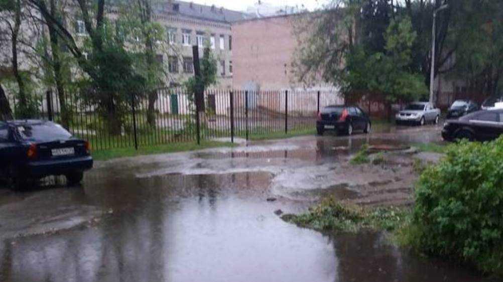 В Брянске из-за ливня ушёл под воду двор школы № 51