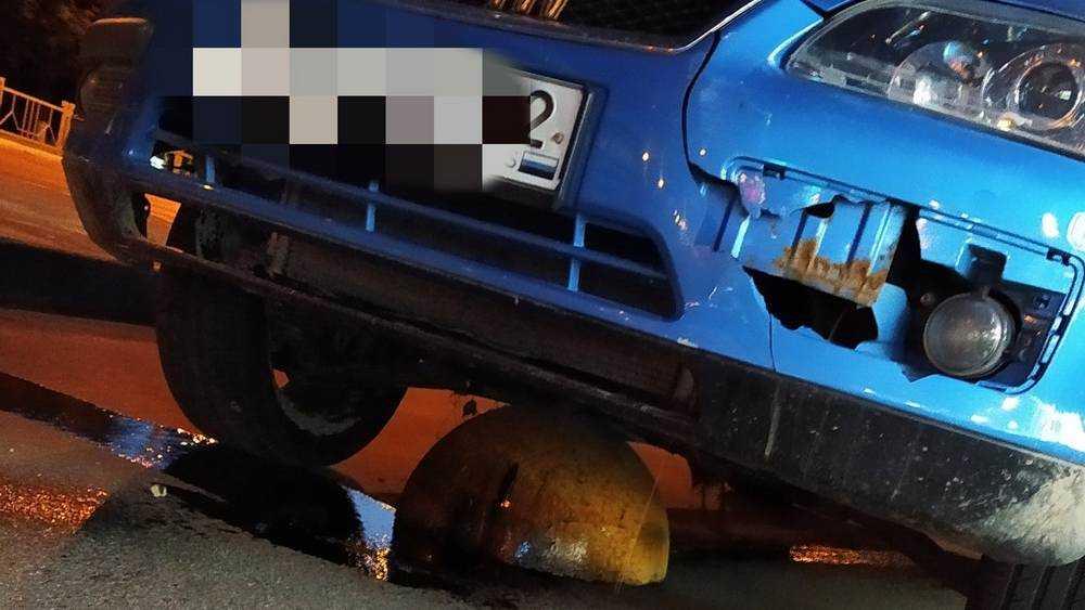 В Брянске на Московском проспекте водитель разбил мотор о полусферу
