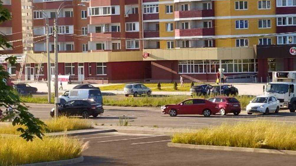 В Брянске на Флотской улице столкнулись два автомобиля