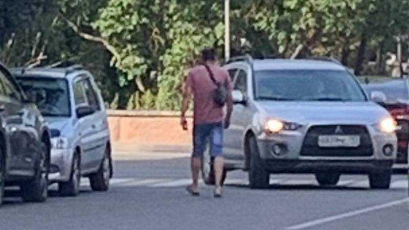 В Брянске пьяный мужчина пнул несколько машин в Круглом сквере