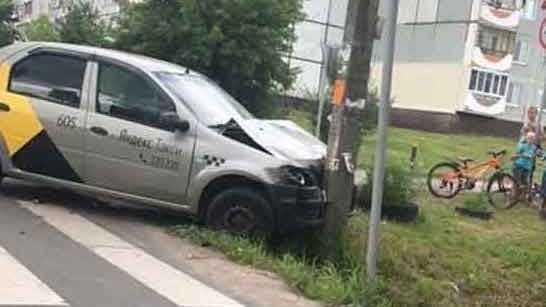 В Брянске водитель такси врезался в столб