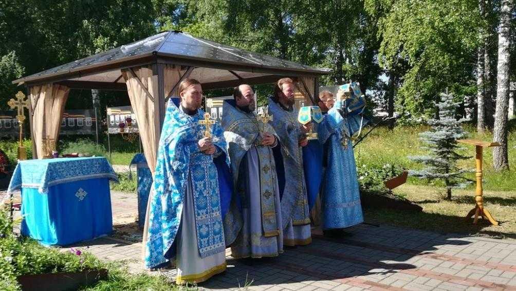 Под Карачевом прошло первое богослужение на месте будущего храма