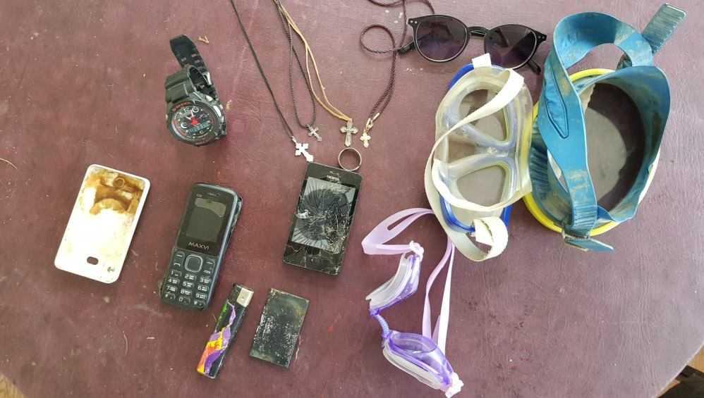 В Белых Берегах водолазы подняли со дна озера мобильники, часы и очки