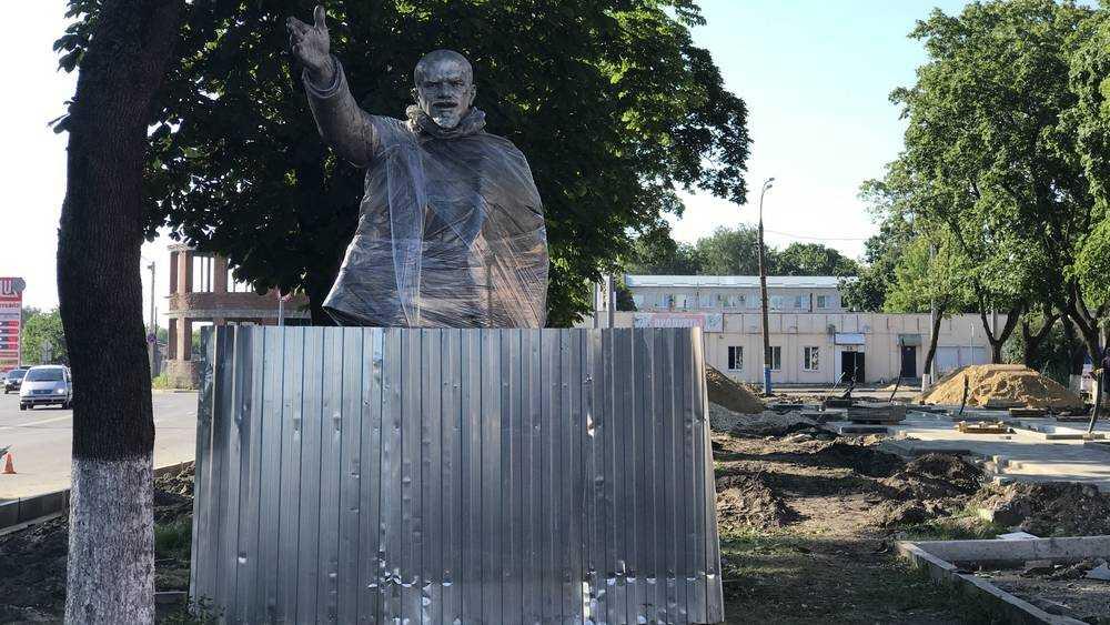 «Развяжите меня!»: В Брянске Ленина замотали пленкой