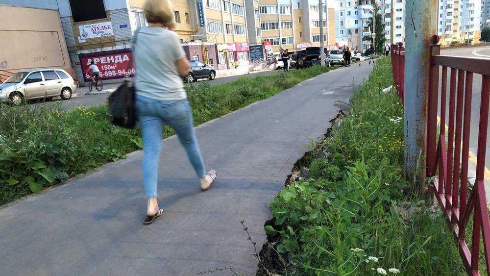 В Брянске образовался 10-метровый провал вдоль нового тротуара