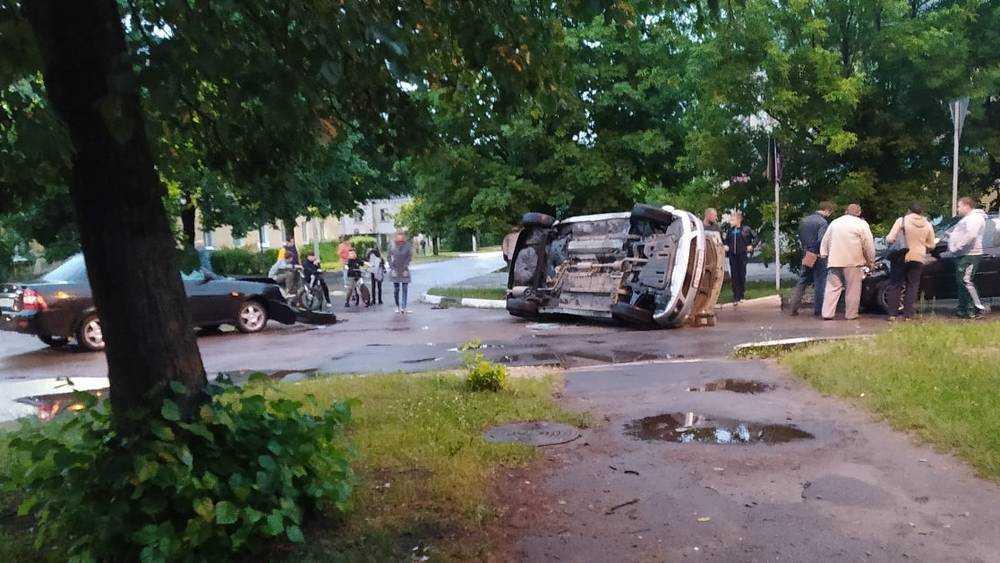 В Брянске перевернулось попавшее в ДТП такси