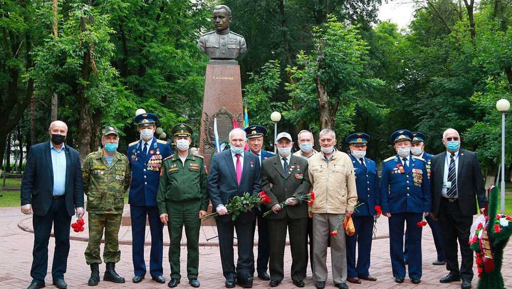 В Брянске прошел митинг у памятника герою-летчику Павлу Камозину
