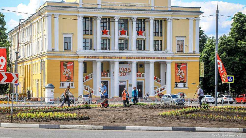 В Брянске возле ДК Железнодорожников появилось новое цветочное кольцо