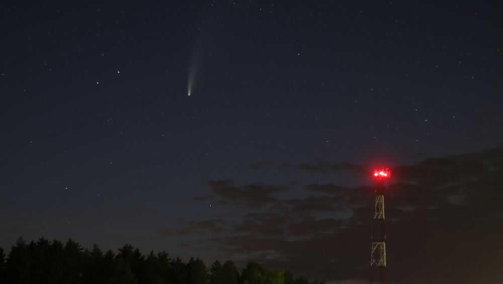 Над брянским поселком сфотографировали яркую комету