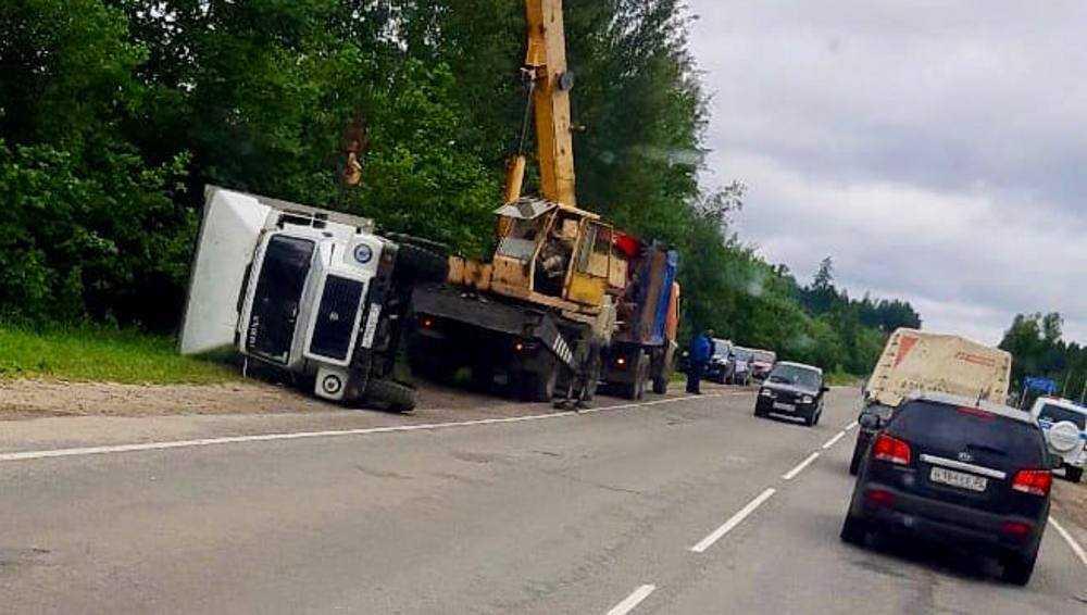 Под Дятьковом с помощью крана подняли опрокинувшийся грузовик