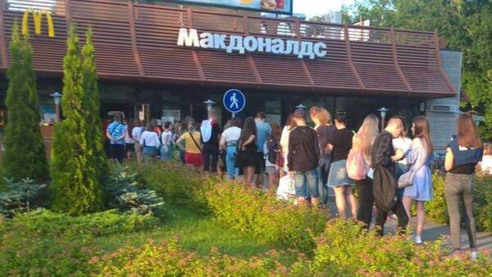 В Брянске у «Макдоналдса» заметили толпы людей без масок