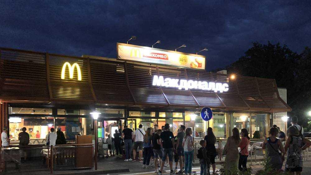 В Брянске голодная молодежь стала ночевать в очереди у «Макдоналдса»